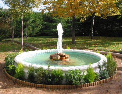 Quieres decorar tu jard n dale vida con una fuente o for Fuente estanque jardin