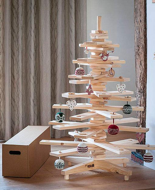 90d6835667f ... ese árbol de navidad artificial  Pues este año puede ser diferente.  Construye un árbol original con unos tablones de madera y unas cuantas  herramientas.
